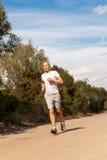 Атлетический бегун человека jogging в природе внешней Стоковое фото RF
