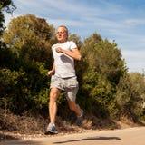 Атлетический бегун человека jogging в природе внешней Стоковое Изображение