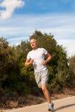 Атлетический бегун человека jogging в природе внешней Стоковые Фото