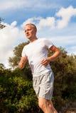 Атлетический бегун человека jogging в природе внешней Стоковые Изображения