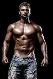 Атлетический молодой человек на черной предпосылке Стоковое Фото