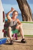 Атлетический мужской серфер ослабляя Стоковая Фотография