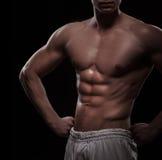 Атлетический торс человека над чернотой стоковое изображение rf