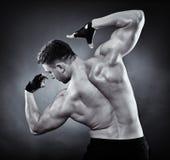 Атлетический человек делая движения культуризма Стоковое Изображение RF