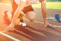 Атлетический человек начиная jogging в лучах солнца стоковое изображение