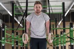 Атлетический человек на кругах Стоковое Изображение RF
