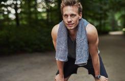 Атлетический человек отдыхая после Jogging на парке Стоковая Фотография RF