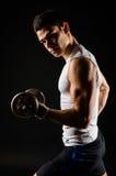 Атлетический человек с гантелью Стоковые Изображения RF