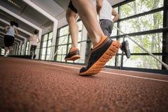 4 атлетических бежать женщин и людей стоковое фото