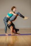 2 атлетических девушки делая йогу Стоковая Фотография