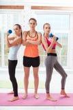 3 атлетических женщины держа гантели в спортзале Стоковые Фото