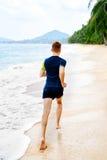 атлетических Подходящий Jogger спортсмена бежать на пляже разминка Спорт, стоковые изображения rf