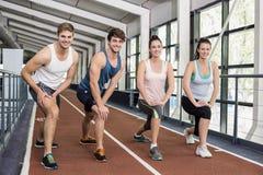 4 атлетических протягивать женщин и людей Стоковые Изображения