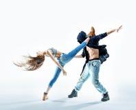 2 атлетических танцора делая представление Стоковое Изображение RF