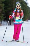 Атлетическое катание на лыжах девушки в ярких одеждах Стоковые Изображения