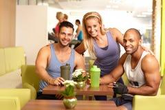 Атлетическое молодые люди в спортзале Стоковые Фото