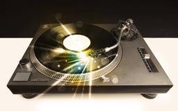 Аудиоплейер играя винил с заревом выравнивает приходить от потребности Стоковая Фотография RF