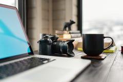 Аудио/видео- редактируя офис места для работы с горным видом Стоковое фото RF
