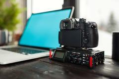 Аудио/видео- редактируя офис места для работы с горным видом Стоковые Изображения