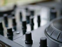 Аудио dj электронной танцевальной музыки цифровое зацепляет с ручками, федингмашинами, на фестивале edm Стоковая Фотография