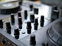 Аудио dj электронной танцевальной музыки цифровое зацепляет с ручками, федингмашинами, на фестивале edm Стоковая Фотография RF