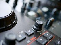 Аудио dj электронной танцевальной музыки цифровое зацепляет с ручками, федингмашинами, на фестивале edm Стоковые Изображения