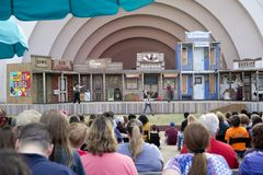 Аудитории привлекают выставкой любимчика в справедливом парке Стоковые Изображения RF
