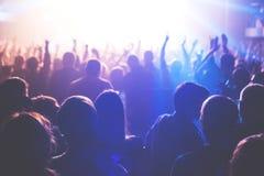 Аудитория наблюдая концерт на этапе Стоковые Изображения RF