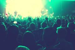 Аудитория наблюдая концерт на этапе Стоковое Фото