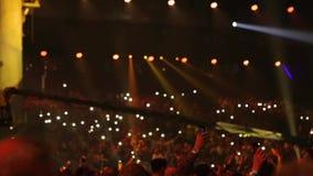Аудитория сияющая с электрофонарями телефонов сток-видео