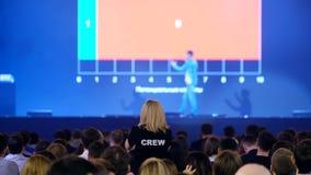 Аудитория слушает к лектору на конференции акции видеоматериалы