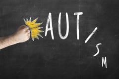 Аутизм нет смертного приговора Слово аутизма кулака стучая на доске Стоковая Фотография
