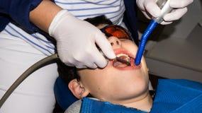 Аутистический мальчик в зубоврачебной обработке мальчика здоровье внимательности рукояток изолировало запаздывания Стоковые Изображения RF