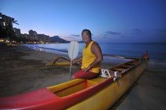 аутриггер каня мальчика пляжа Стоковая Фотография