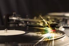 Аудиоплейер играя винил с заревом выравнивает приходить от потребности Стоковое фото RF