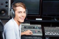 Аудио красивого человека смешивая в студии звукозаписи Стоковое фото RF