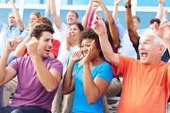 Аудитория веселя на внешнем представлении концерта стоковая фотография