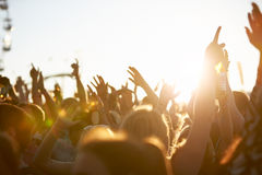 Аудитория на внешнем музыкальном фестивале Стоковая Фотография RF