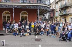 Аудитория слушая к музыкантам улицы в французском квартале Нового Орлеана - НОВОМ ОРЛЕАНЕ, ЛУИЗИАНЕ - 18-ое апреля 2016 стоковые изображения