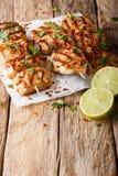 Афганский цыпленок skewers конец-вверх Kebab e Murgh на бумаге Vertica Стоковые Фото