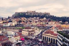 Афины, Греция, 03 03 2018: Взгляд города Афин с холмом Lycabettus на заднем плане взгляд города Афин с neighborhoo Plaka Стоковые Фото