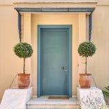 Афины Греция, вход дома с цветочными горшками Стоковое Изображение RF