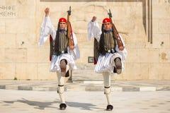 АФИНЫ, ГРЕЦИЯ - греческие солдаты Evzones одели полностью парадную форму одежды стоковые изображения rf