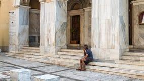 Афины Греция 17-ое августа 2018: Бездомный человек в Афинах стоковые фото