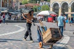 Афины Греция 17-ое августа 2018: Бездомный человек нажимая тележку в Athe стоковая фотография rf