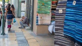 Афины Греция 17-ое августа 2018: Женщина идя вниз с закрытого вниз fl стоковая фотография