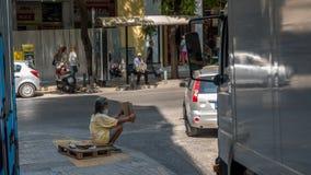 Афины Греция 17-ое августа 2018: Женщина идя вниз с закрытого вниз fl стоковое фото