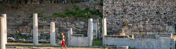 Афины Греция 17-ое августа 2018: Турист с красными брюками и wa шляпы стоковое фото rf