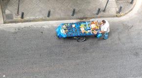 Афины Греция 17-ое августа 2018: Человек нажимая тележку плодоовощ на улице стоковое фото