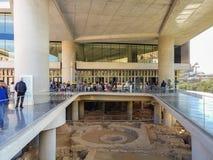 Афины, Греция 2-ое апреля 2017 Вне музея акрополя Люди от во всем мире посещают известный музей Стоковое Фото